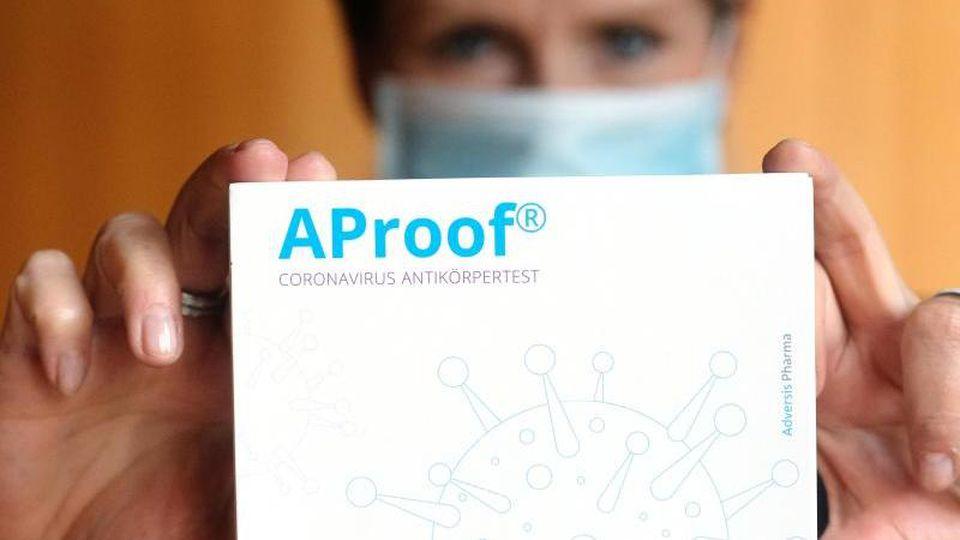 Eine Packung mit neuem Corona-Antikörpertest von Adversis Pharma. Foto: Sebastian Willnow/dpa-Zentralbild/dpa/Archivbild