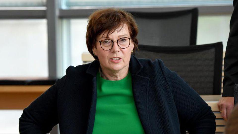 Sabine Sütterlin-Waack (CDU), Innenministerin von Schleswig-Holstein, sitzt während der Landtagssitzung in der Regierungsbank. Foto: Carsten Rehder/dpa/Archivbild