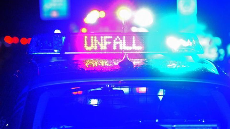 """Blaulicht und der LED-Schriftzug """"Unfall"""" auf dem Dach eines Polizeistreifenwagens. Foto: Stefan Puchner/dpa/Symbolbild"""