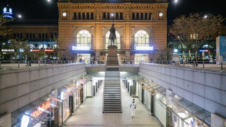 Symbolbild Hauptbahnhof Hannover: Polizisten sind einem 45-Jährigen im Hauptbahnhof Hannover nach einem Sturz zu Hilfe gekommen - und brachten ihn dann ins Gefängnis.