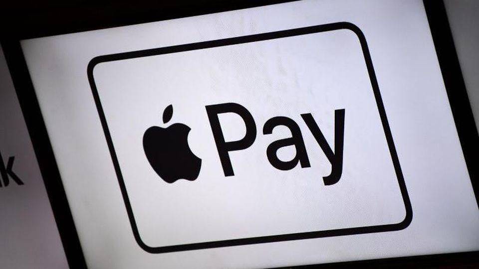 Mit Apple Pay können Kunden mit dem iPhone und der Computer-Uhr Apple Watch an der Ladenkasse wie mit einer kontaktlosen Karte bezahlen. Foto: Lino Mirgeler/dpa