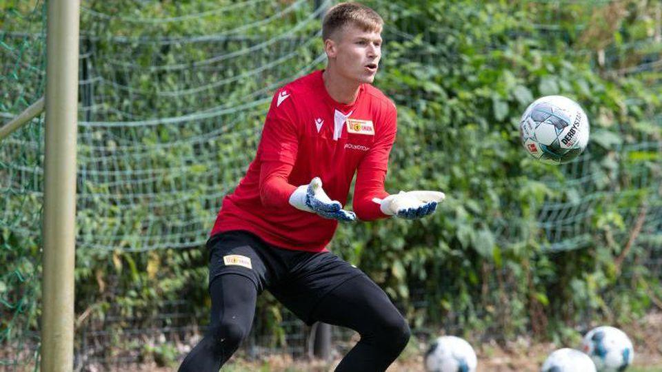 Torhüter Moritz Nicolas fängt den Ball. Foto: Soeren Stache/dpa/Archivbild