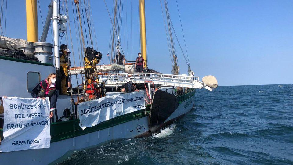 Greenpeace versenkt Granitblöcke in der Ostsee