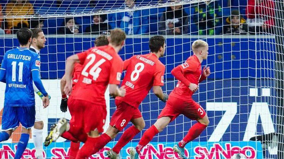 Vorentscheidung: Augsburgs Doppeltorschütze Philipp Max (r) lässt sich nach seinem Elfmetertreffer zum 2:1 feiern. Foto: Uwe Anspach/dpa