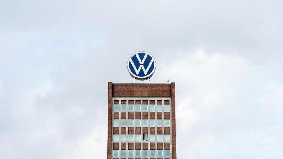 Das Logo der Volkswagen AG auf dem Gebäude der Hauptverwaltung. Foto: Hauke-Christian Dittrich/dpa/Archivbild