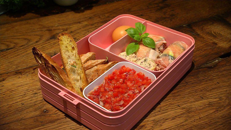 Einpacken oder hier essen – Leckeres für Zuhause oder fürs Büro: Geröstetes Brot mit Avocado-Dip und Schinken-Zucchini-Röllchen mit Thunfischcreme