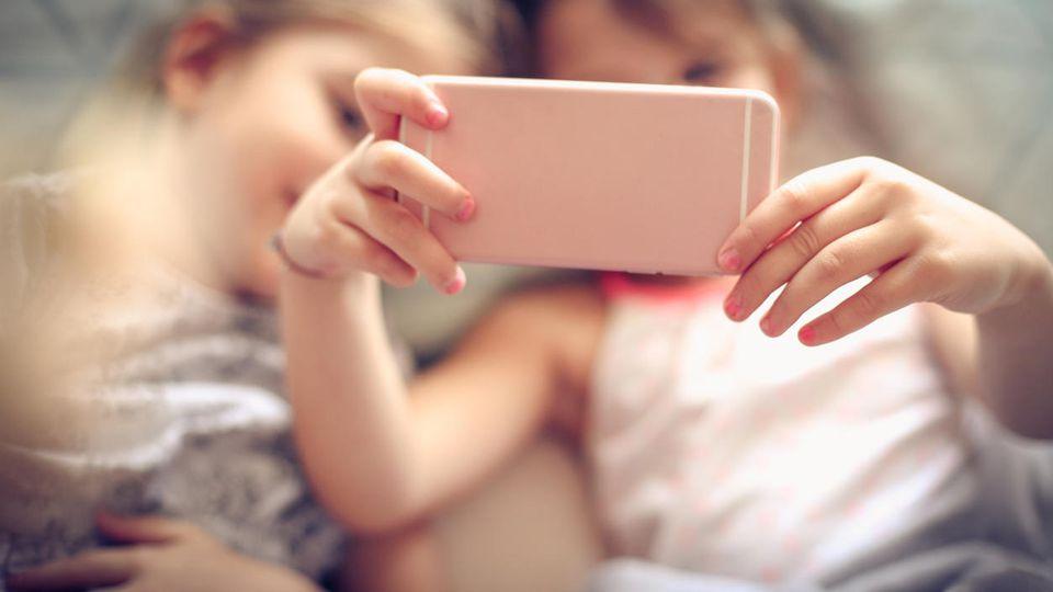 Kinder sollten Smartphones sparsam nutzen - Experten empfehlen unterschiedliche Zeiten, je nach Altersgruppe.
