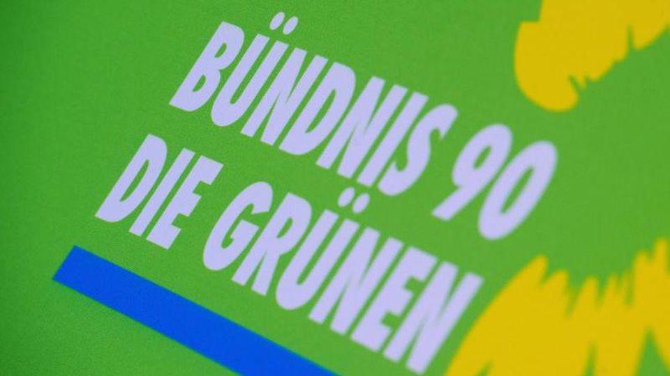 Das Logo von Bündnis 90/Die Grünen steht auf einem Aufsteller der Partei. Foto:Stefan Sauer/Archiv