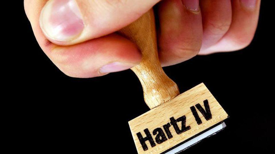 Die Verwaltungskosten bei Rückforderungen zu viel überwiesener Hartz-IV-Leistungen sind enorm hoch. Foto: Ralf Hirschberger/zb/dpa