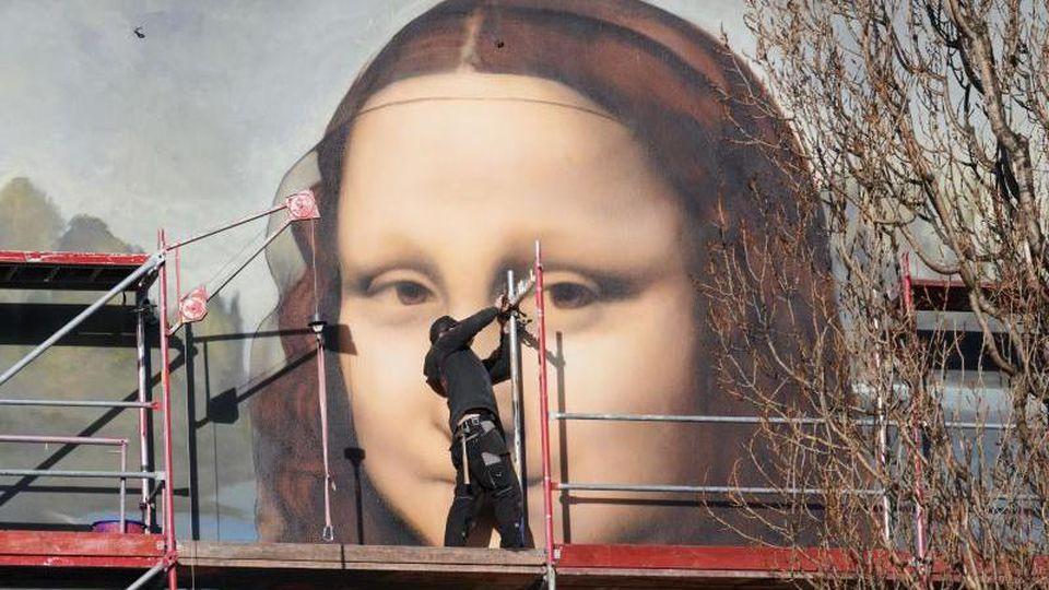 Das Gerüst der übergroßen Mona Lisa wird abgebaut. Foto: Annette Riedl