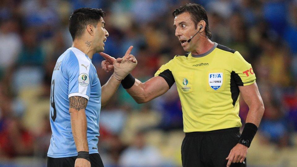 Luis Suarez diskutiert mit dem Schiedsrichter