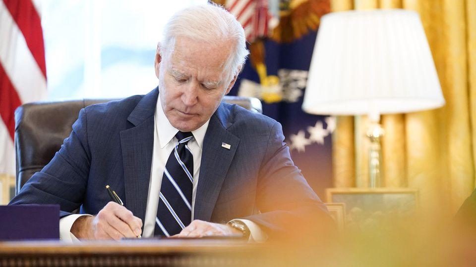 Gleich am ersten Tag im Amt unterzeichnete Joe Biden fast ein Dutzend Verfügungen, mit denen er diverse Entscheidungen von Trump rückgängig macht.