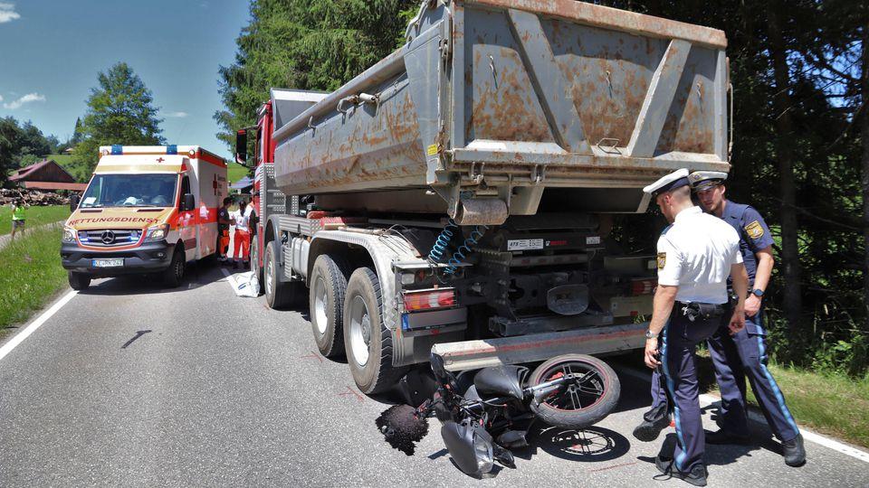 Ein 66 Jahre alter Motorradfahrer ist nahe Oberstaufen im Oberallgäu von einem Laster überfahren worden und gestorben.