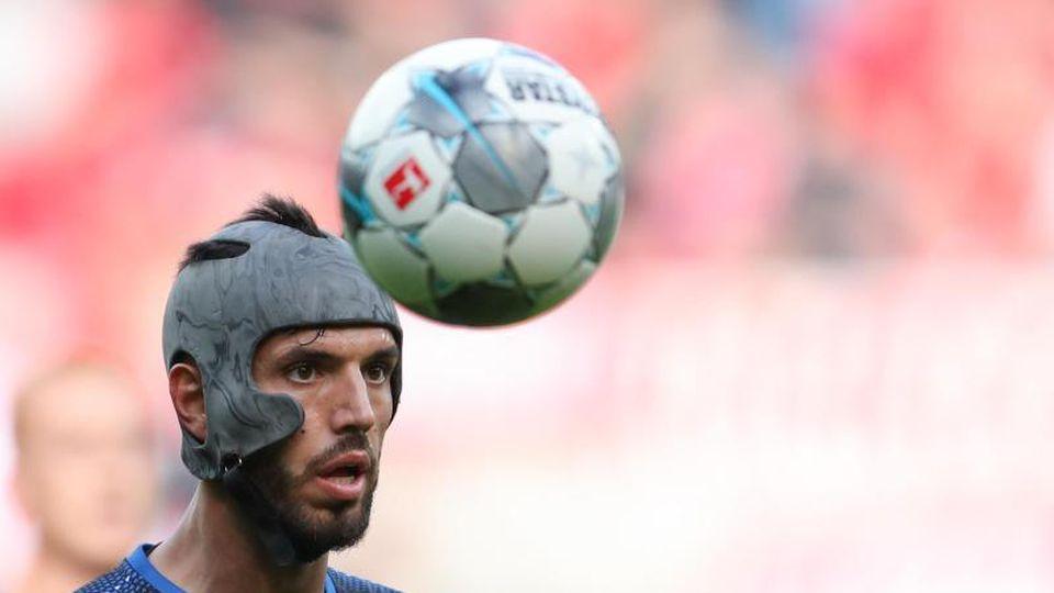 Klaus Gjasula, hier für Paderborn, blickt auf den Ball. Foto: Friso Gentsch/dpa/Archiv
