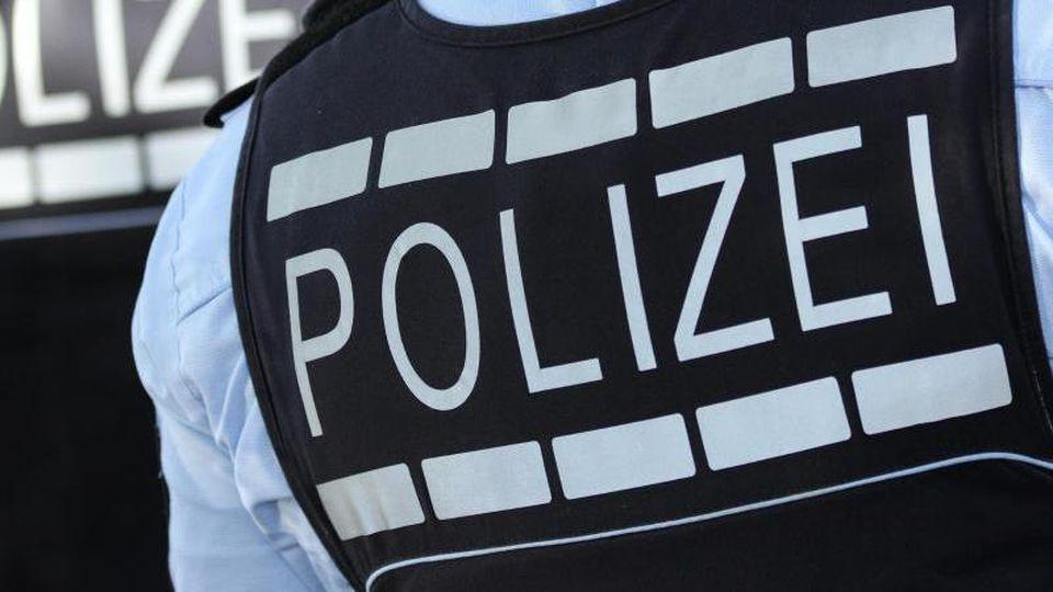 In Polizei-Westen gekleidete Polizisten stehen in der Stadt. Foto: Silas Stein/Archiv
