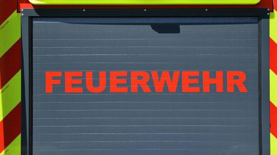 """Der Schriftzug """"Feuerwehr"""" ist auf einem Einsatzfahrzeug angebracht. Foto: Martin Schutt/dpa-Zentralbild/dpa/Archivbild"""