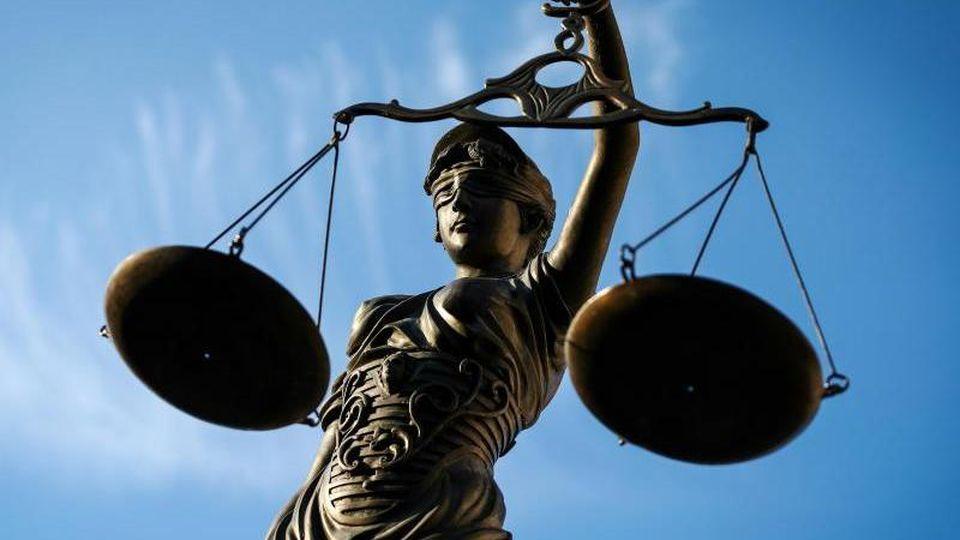 Eine Statue der Justitia hält eine Waage in ihrer Hand. Foto: David Ebener/Archivbild