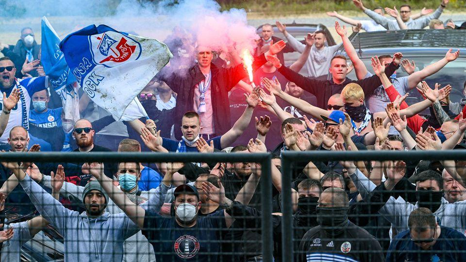 Fans des FC Hansa Rostock feierten den Auswärtssieg bei Unterhaching - hier noch im Stadion