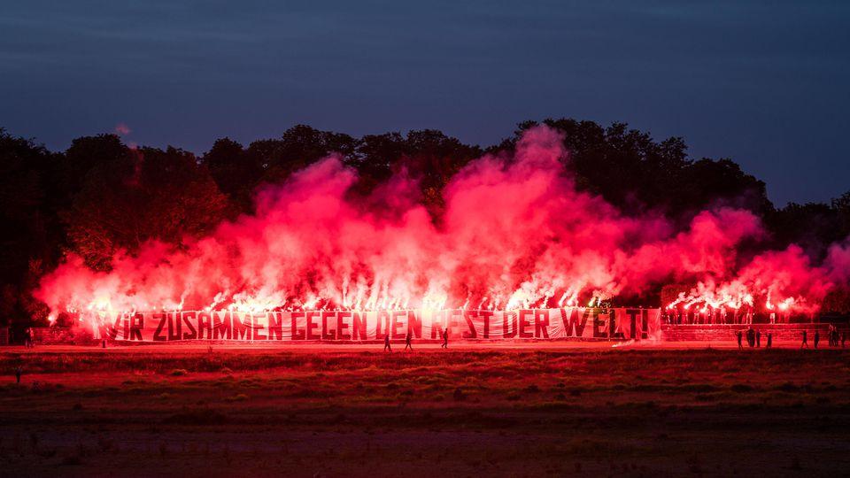 Dynamo-Ultras fackeln ein Feuerwerk am Elbufer ab.
