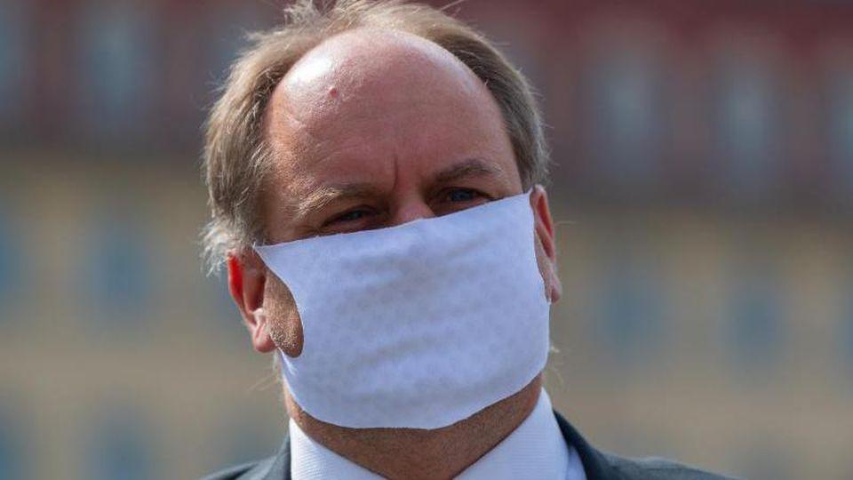 Dirk Hilbert (FDP) mit Mund-Nasen-Schutz. Foto: Robert Michael/dpa-Zentralbild/dpa/Archivbild