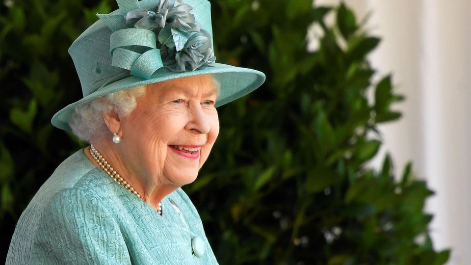 Die britische Königin Elizabeth nimmt an einer Zeremonie teil, um ihren offiziellen Geburtstag im Windsor Castle in Windsor, Großbritannien, am 13. Juni 2020 zu feiern. Die Königin feiert dieses Jahr ihren 94. Geburtstag.