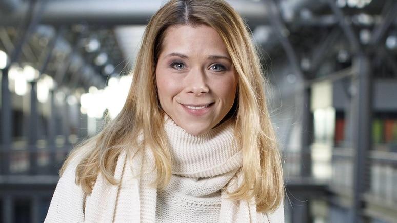 Tanja Szewczenko beim exklusiven Photoshooting am Set der RTL TV-Serie Alles was zählt in den MMC Studios. Köln, 10.03.