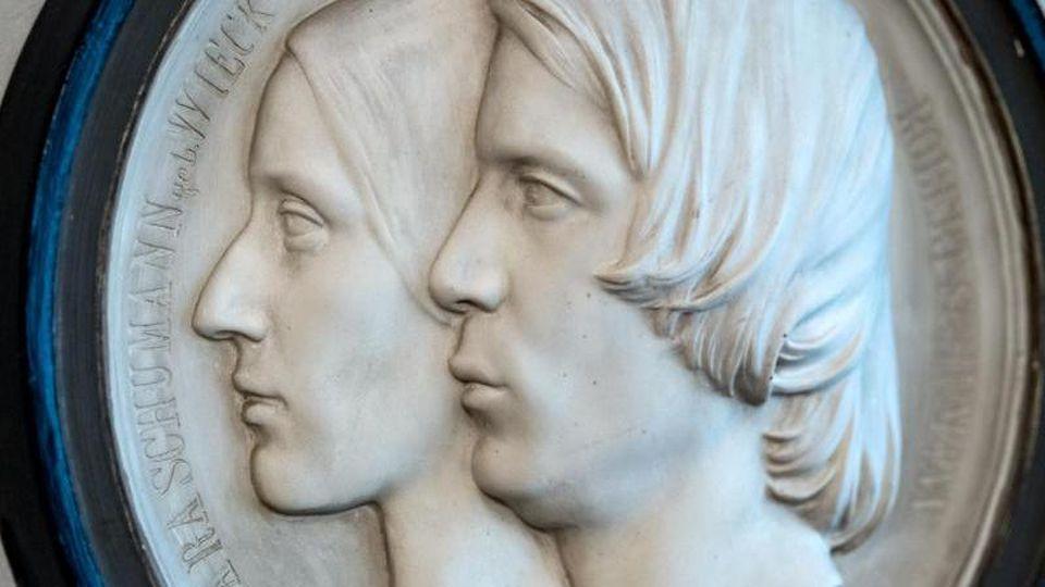 Ein Doppelportrait des Musiker-Ehepaars des Dresdner Bildhauers Ernst Rietschel von 1846. Foto: Hendrik Schmidt/dpa-Zentralbild/dpa