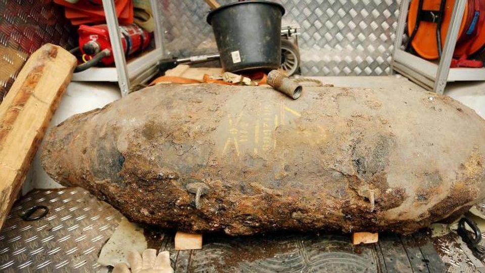 Eine Fünf-Zentner-Bombe liegt auf einem Lastwagen des Kampfmittelräumdienstes. Foto: David Young/Archivbild