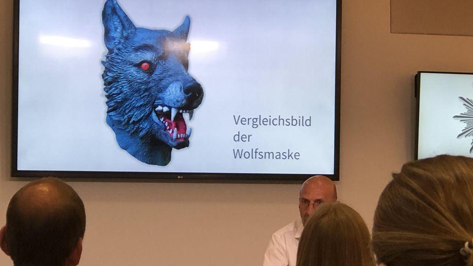 Eine der Abbildung ähnliche Wolfsmaske soll der mutmaßliche Vergewaltiger getragen haben.