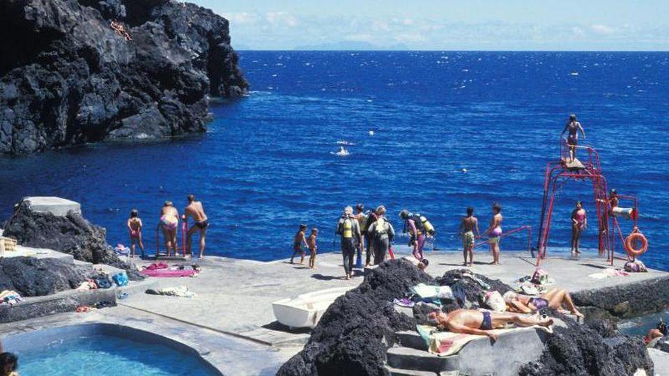 "Die ""Blumeninsel"": Urlauber an einem Pool am Atlantik bei Canico de Baixo auf Madeira. Foto: Phil Wood/R3507_APA_Publication"