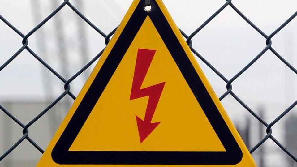 Vor Hochspannung warnt ein Schild vor dem Umspannwerk. Foto: Bernd Settnik/Archivbild