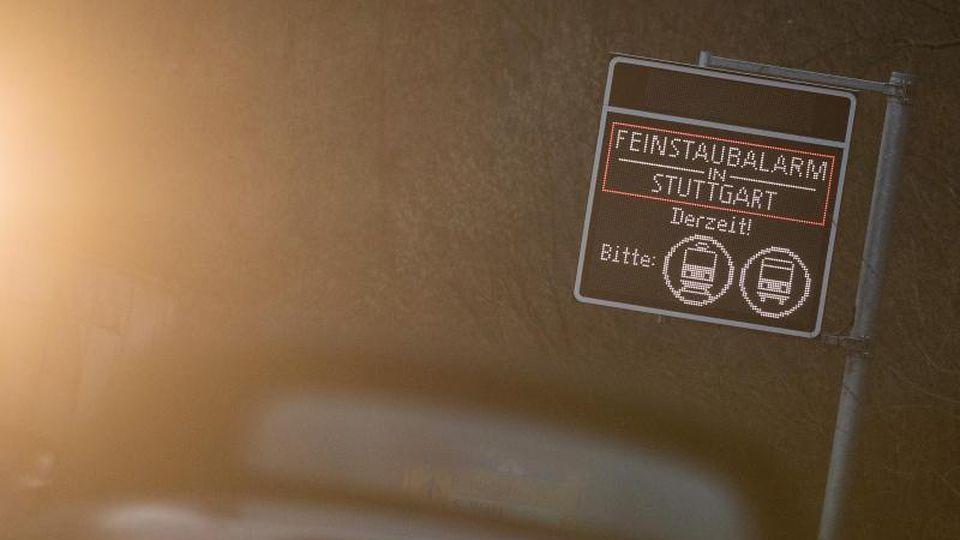 Ein Schild warnt in Stuttgart vor Feinstaub. Foto: Sebastian Gollnow/Archiv