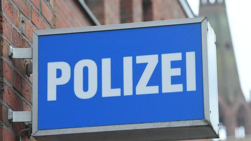 """Ein Schild mit dem Schriftzug """" Polizei"""" hängt an einer Polizeiwache. Foto: Stefan Sauer/dpa-Zentralbild/dpa/Symbolbild"""
