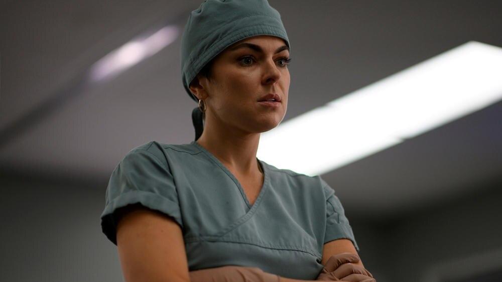 """Serinda Swan als Dr. Jenny Cooper in """"Coroner - Fachgebiet Mord""""."""