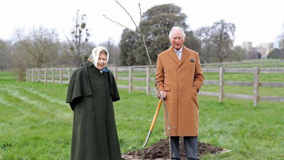 Königin Elizabeth und ihr Sohn Prinz Charles pflanzten auf dem Gelände von Schloss Windsor den ersten Jubiläumsbaum ein. Foto: Chris Jackson/PA Media/dpa