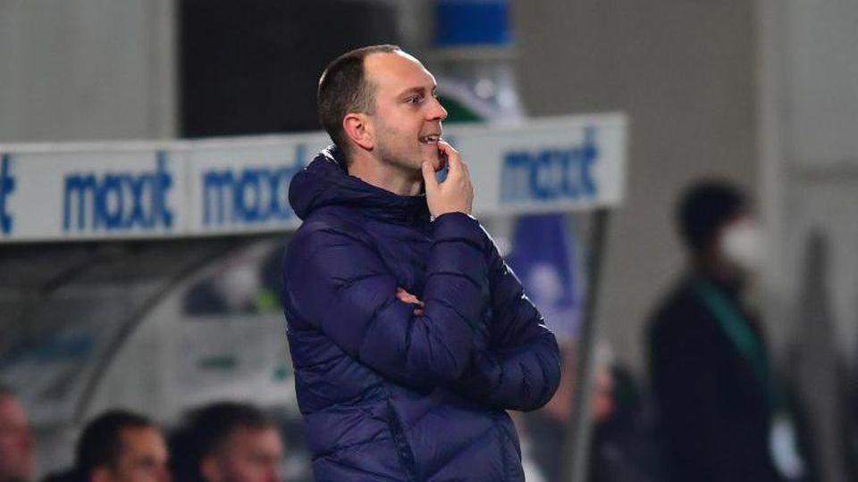 Kiels Trainer Ole Werner reagiert während des Spiels. Foto: Matthias Merz/dpa/Archivbild