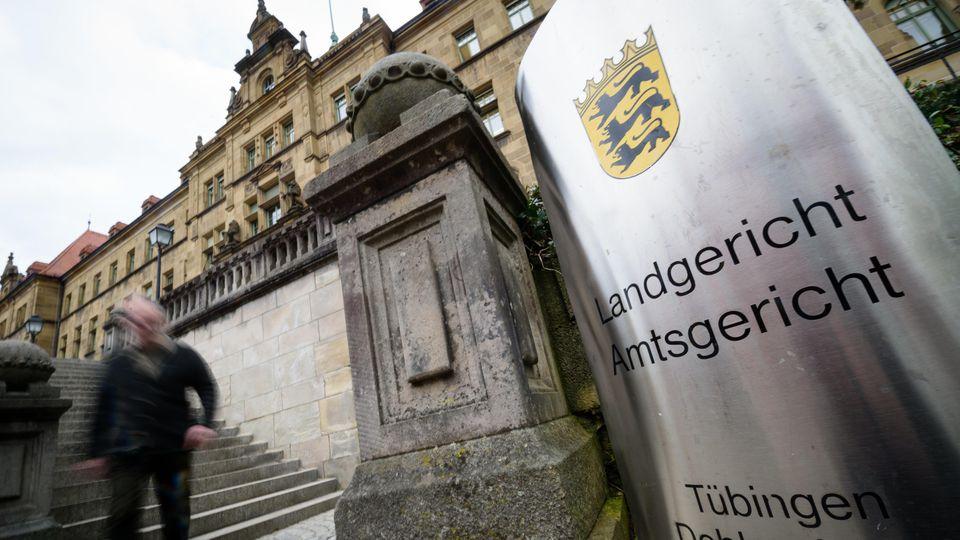 """ARCHIV - 07.03.2018, Baden-Württemberg, Tübingen: Das Land- und Amtsgericht Tübingen. (zu dpa: «Beginn Prozess gegen zwei 40 und 42 Jahre alte Polizistinnen wegen versuchten Mordes"""") Foto: Sina Schuldt/dpa +++ dpa-Bildfunk +++"""