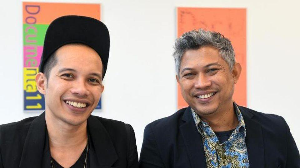 Zwei Vertreter des indonesischen Künstlerkollektivs Ruangrupa, Farid Rakun (l) und Ade Darmawan. Foto: Uwe Zucchi/dpa