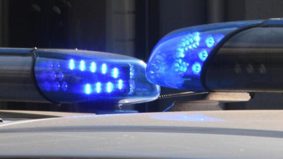 Blaulichter leuchten auf den Dächern von Polizeifahrzeugen. Foto: Carsten Rehder/Archivbild