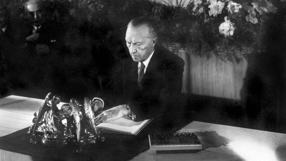 23.05.1949, Nordrhein-Westfalen, Bonn: Konrad Adenauer, damaliger Präsident des Parlamentarischen Rates, bei der Unterzeichnung des Grundgesetzes.
