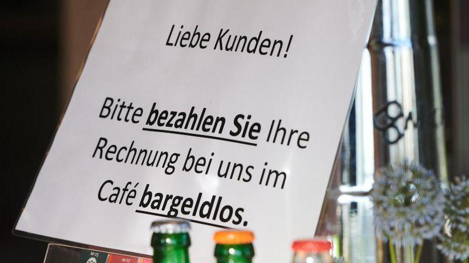 Ein Cafe im Volkspark Potsdam fordert seine Kunden auf, bargeldlos zu bezahlen. Foto: Annette Riedl/dpa-Zentralbild/dpa/Archivbild