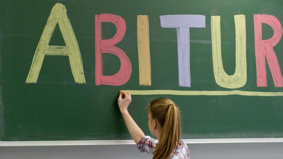 """Eine Schülerin unterstreicht das Wort """"Abitur"""" an der Tafel. Foto: Tobias Kleinschmidt/Archivbild"""