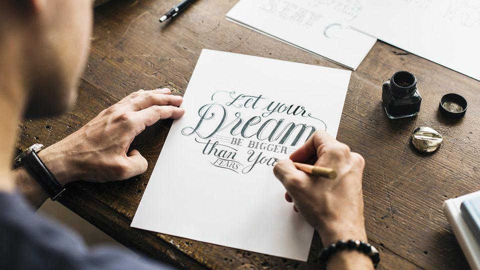 Hand Lettering und Kalligraphie sind in aller Munde.