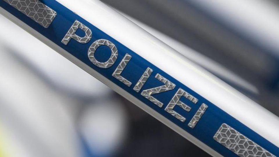 "Schriftzug ""Polizei"". Foto: Boris Roessler/dpa/Archivbild"