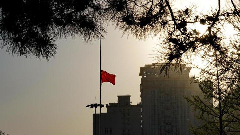Eine chinesische Nationalflagge weht auf Halbmast. Foto: Mu Yu/XinHua/dpa