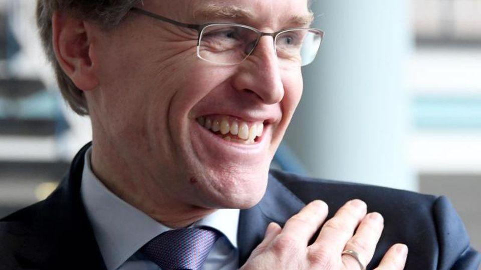 Daniel Günther (CDU) steht in der Staatskanzlei. Foto: Carsten Rehder/dpa/Archivbild
