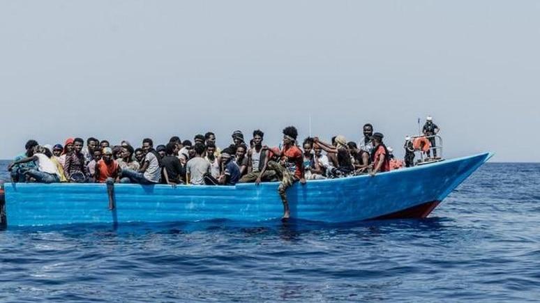"""Menschen sitzen in einem Schlauchboot. Die """"Ocean Viking"""" kam am Samstagmorgen nach eigenen Angaben mehr als 50 Menschen in der libyschen Such- und Rettungszone zu Hilfe. Foto: Flavio Gasperini/SOS Mediterranee/dpa"""