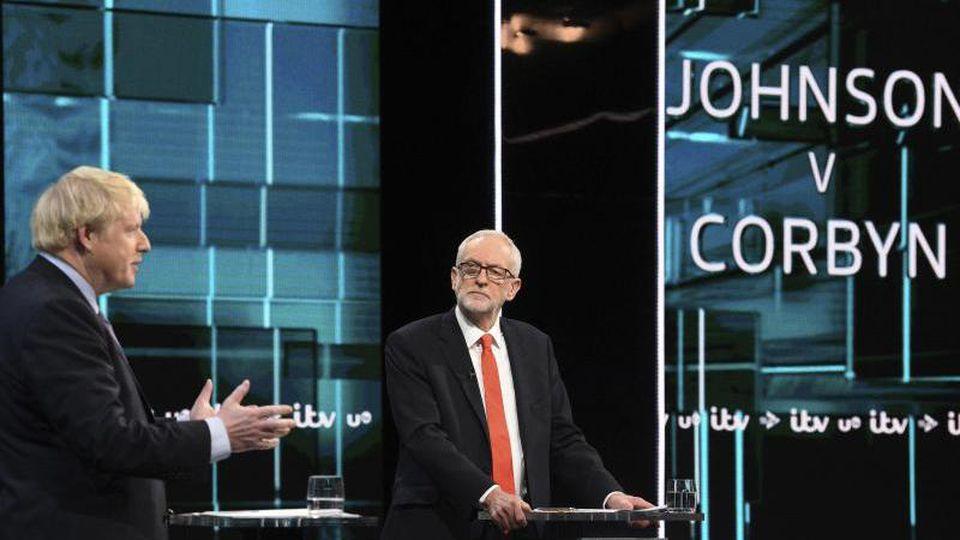 Premierminister Boris Johnson und Oppositionschef Jeremy Corbyn diskutieren während der ersten TV-Debatte im britischen Wahlkampf. Foto: Itv/AP/dpa
