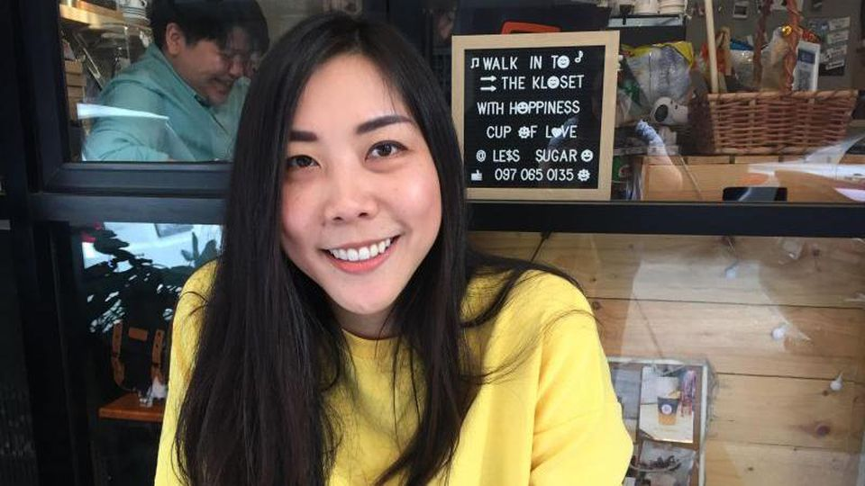 """DieSchriftstellerin Aimanan Anantalabhochai, bekannt als """"Kilin"""", sitzt vor dem Café """"The Kloset"""". Das Café, das die Autorin zusammen mit einem Team betreibt, ist ein Treffpunkt für Lesben. Foto: Caroline Bock/dpa"""