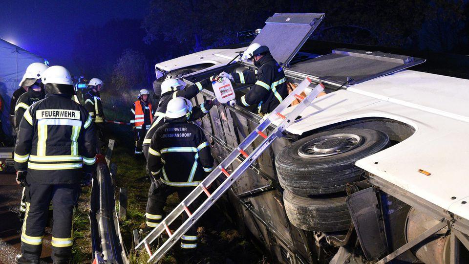 09.11.2019, Schleswig-Holstein, Barsbüttel: Ein Bus liegt neben der Autobahn A1 zwischen Stapelfeld und Barsbüttel im Graben. Der Bus war von der Straße abgekommen, zahlreiche Insassen wurden verletzt. Foto: Daniel Bockwoldt/dpa +++ dpa-Bildfunk +++